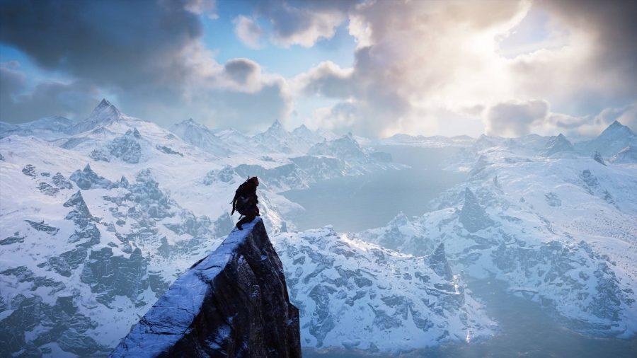 Викинг на вершине горы, глядя на снежные пейзажи