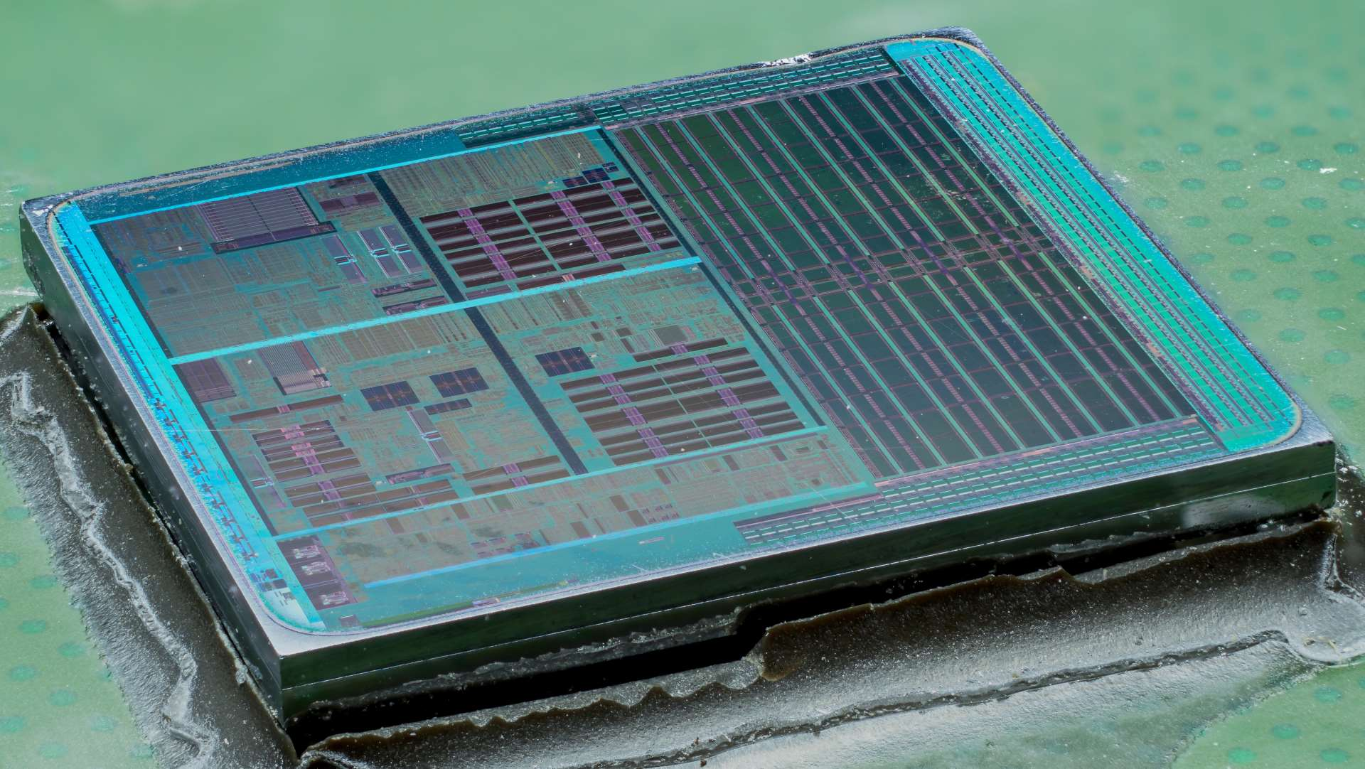 Samsung denies buying GlobalFoundries… then gives Crown