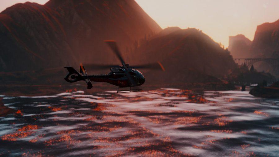 Вертолет над озером на фоне заката над водой в Redux, одном из лучших модов GTA V