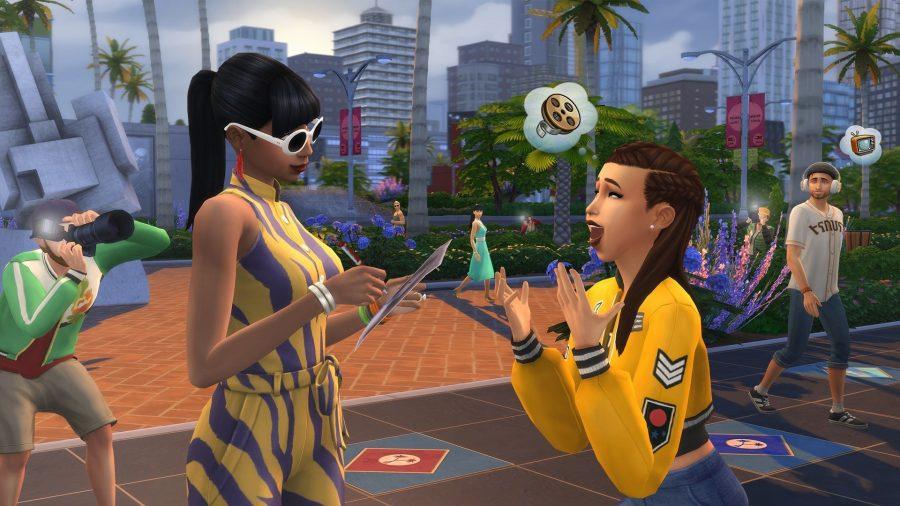 Знаменитый сим подписывает лист бумаги в Sims 4 Get Famous