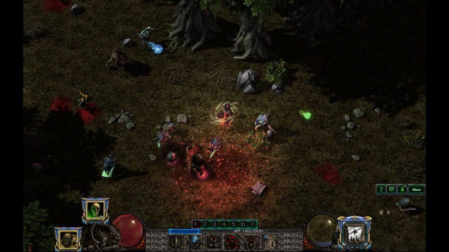 Tangkapan layar dalam game dari Curse of Tristram, pembuatan ulang penggemar dari babak pertama Diablo 2. Karakter pemain diselimuti oleh pusaran magis yang berputar-putar saat mereka bersiap untuk merapal mantra di tengah hutan lebat.