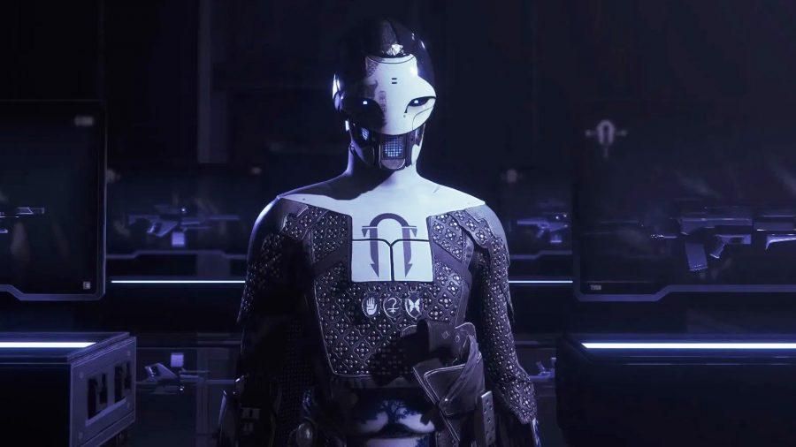 Ада-1 стоит в темной комнате перед несколькими пушками за стеклянными витринами