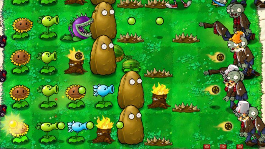 Зомби подходят к лужайке справа;  растения слева стреляют в них гороховыми снарядами
