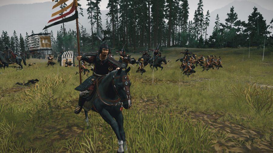 De la batalla de los Tres Reinos, un hombre monta un caballo con una bandera