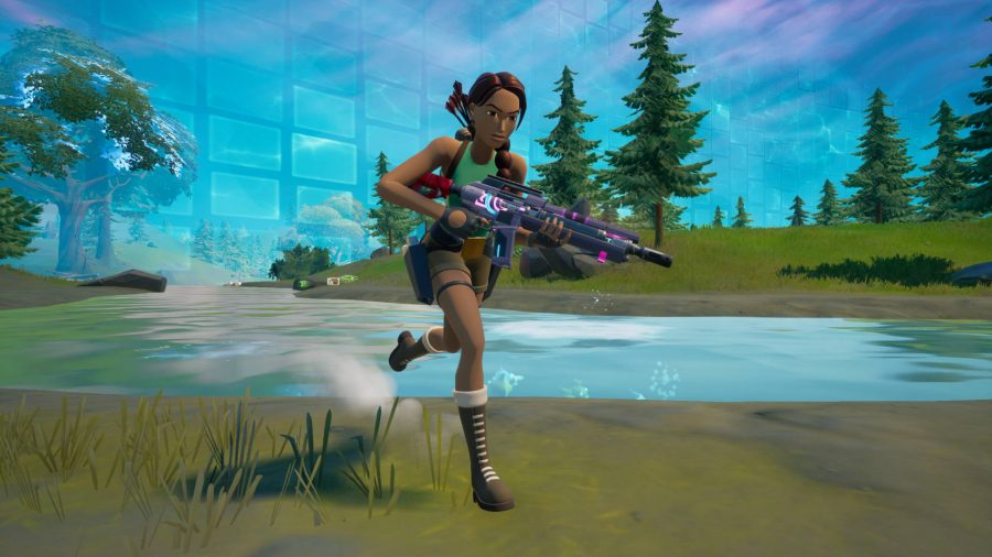 Lara Croft holding onto a Pulse Rifle, one of the four Fortnite alien weapons.