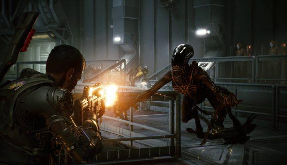 A colonial marine fires a machine gun at an approaching alien in Aliens: Fireteam Elite.